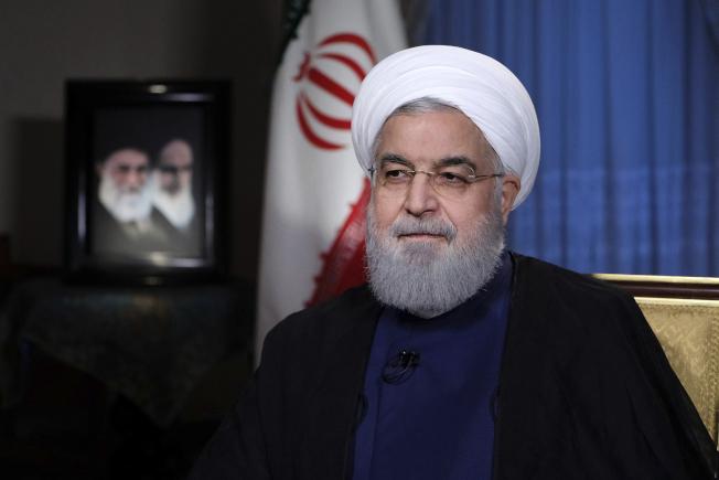 伊朗總統羅哈尼針對美國啟動的經濟制裁,6日發表全國電視演講,強硬反擊美國,表示絕不屈服。(美聯社)