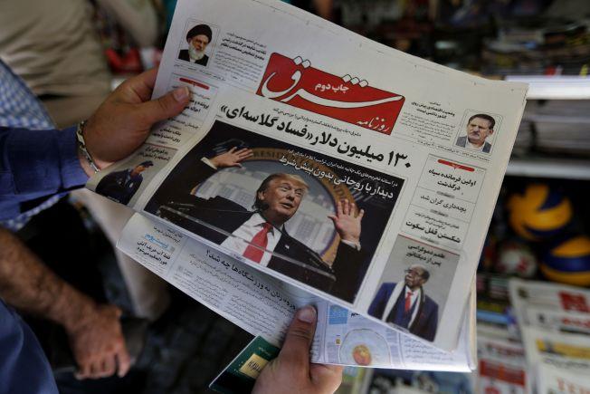 伊朗首都德黑蘭街頭報紙可見在頭版報導川普。伊朗幣值一瀉千里,一美元可換11萬9000伊幣。(Getty Images)