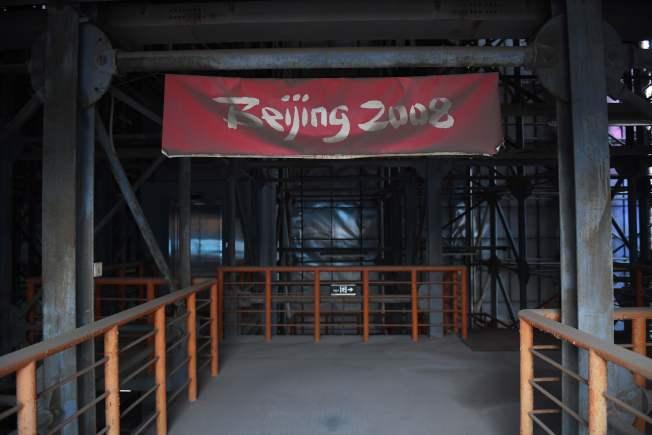 記者十年後再訪北京奧運會場,只剩鳥巢體育館還在營運,其他的場地已經變成雜草叢生的廢墟。(Getty Images)