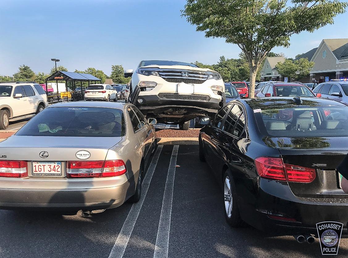 麻州Cohasset 鎮Shaws 超市停車場發生奇怪的車禍,一輛休旅車暴衝上對面兩輛汽車之上。(取自Cohasset 警察局臉書 )