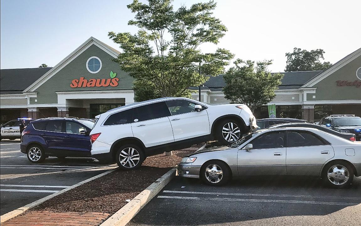 暴衝車禍肇事人說,夾腳拖卡在油車踏板上,導致汽車失控。(取自Cohasset 警察局臉書 )