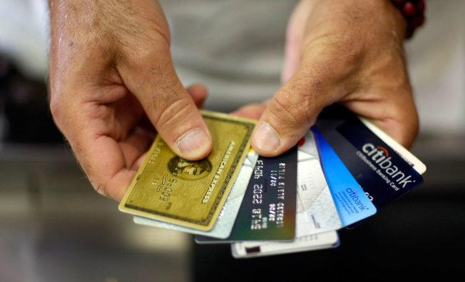 一些信用卡業者悄悄縮減持卡優惠,甚至取消部分項目。(Getty Images)