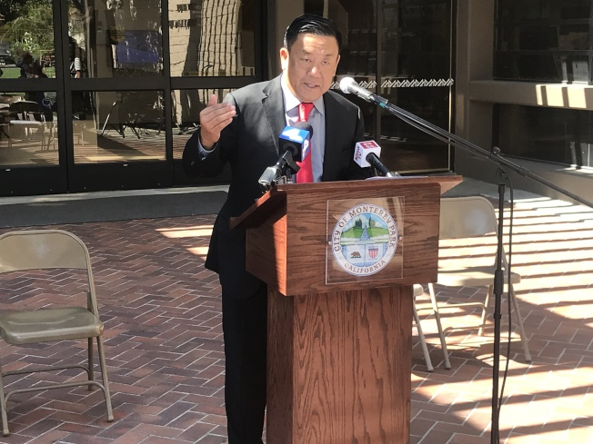 蒙特利公園市書記官陳亮文呼籲蒙市選民在可以自主選擇投票站的本月24日截止日前,積極到選務處提供意見。(記者高梓原/攝影)