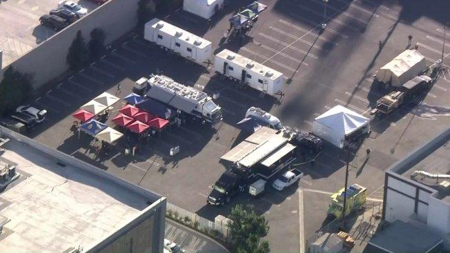 多家聯邦、州及洛杉磯當地執法機構8日一早聯合行動,搗毀位於洛杉磯市中心的一個龐大販毒網絡。(取自KTLA)