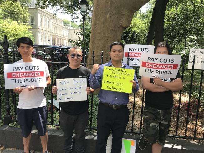 華人司機陳明棟(左一)和李慶勝(左二)表示,多虧有了獨立司機工會這種新型工會為他們爭取權益。右二為陳海靈。(記者和釗宇/攝影)