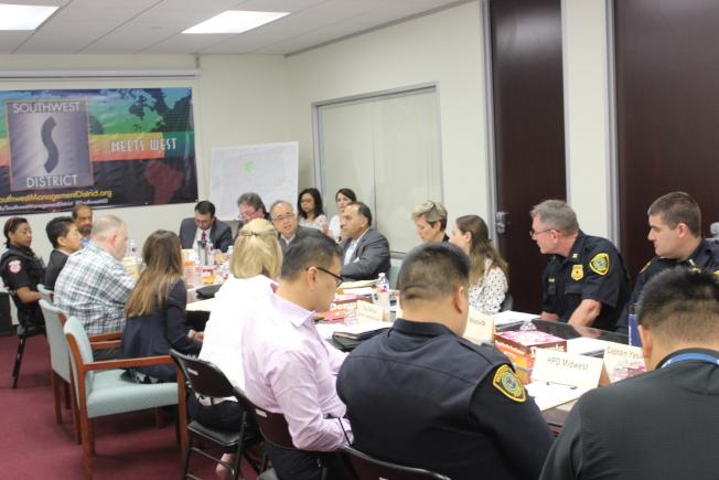 休士頓西南區管理委員會8日上午召開治安會報,説明日前西南區發生的數起搶案歹徒,都已被警方逮補,顯示警方積極打擊犯罪的決心。(記者郭宗岳/攝影)