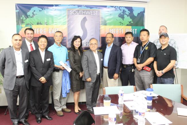 參與治安會議的華裔民眾、員警及西南管理區成員合影。(記者郭宗岳/攝影)