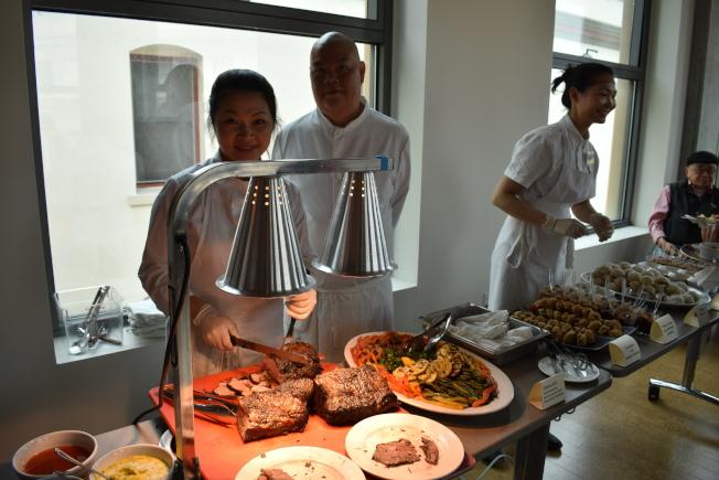 學員為來賓們烹飪他們所學習到的各種美食。(記者黃少華/攝影)