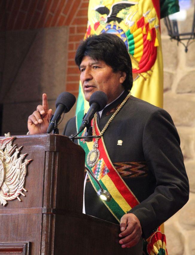 玻利維亞總統莫拉雷斯6日出席獨立紀念日活動時,佩戴總統勳章及綬帶。Getty Images