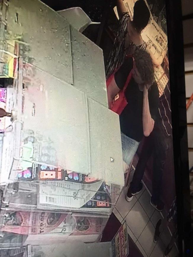 背紅色袋子的白人男子涉嫌偷走陳錦良的電腦。(陳錦良提供)