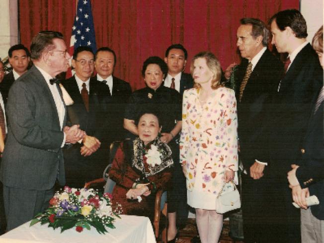 宋美齡(中)1995年再赴國會演講,與前總統尼克森女兒(前右四)、國會議員等人合影。(王冀提供)