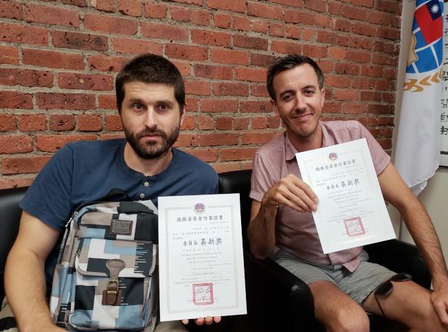 花良滔(左)和艾力克斯(右)展示僑委會頒發的台語研習會結業證書。(記者唐嘉麗/攝影)