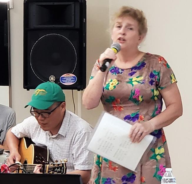 「台灣媳婦」歐陽姍在老公黃崇校吉他伴奏下演唱「河邊春夢」、「望春風」等多首歌曲。(記者唐嘉麗/攝影)