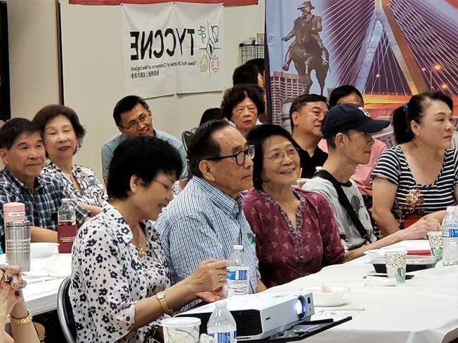 參加台語研習會的學員興味十足地聽講、聽歌。(記者唐嘉麗/攝影)
