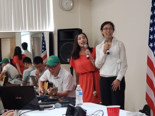 主辦單位之一的大波士頓台大校友會會長吳杏玫(右),與You & Me 歌手朱慧芹 (右二)合唱台語歌「家后」。(記者唐嘉麗/攝影)