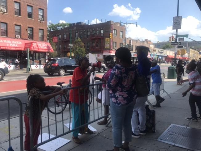 9日另一家與涉事店家姓名相似的「美麗紅蘋果」聚集非洲裔反對者,圖為示威者謾罵該店解釋的非洲裔顧客。(記者牟蘭/攝影)