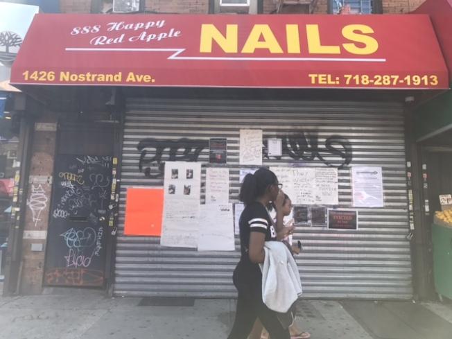 涉事店家「888幸福新紅蘋果」9日店門外貼有大量的譴責字報,包括理查德森力挺非洲裔顧客的聲明。(記者牟蘭/攝影)