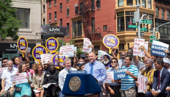 紐約市長白思豪、市議長張晟以及紐約計程車工人聯盟,慶祝市議會通過限制網約車的法案。(取自市議會推特)