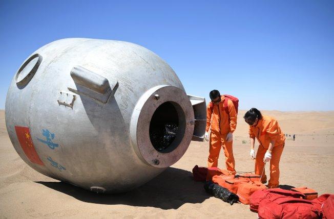 中國積極發展航太國防。今年5月王亞平(右)和陳冬等15名人中國航天員在巴丹吉林沙漠圓滿完成了野外生存訓練。這是中國首次在著陸場區沙漠地域組織的航天員野外生存訓練。(新華社)