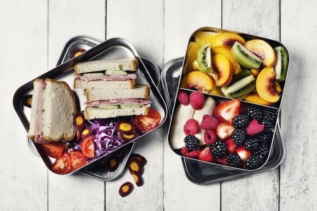 越來越多航空公司會向旅客收取具有附加價值的服務費用,例如食物與行李。所以搭機前先打聽清楚,也許自帶食物更省錢。(Getty Images)