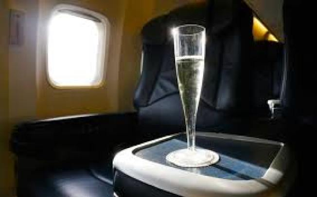 達美航空將針對經濟艙乘客試行推出三道菜加氣泡酒的餐點服務,以便讓長途航班旅客有更豪華的飛行感受。(Getty Images)