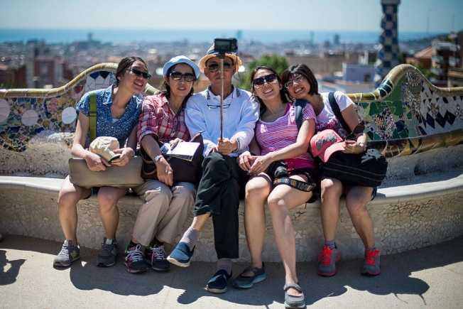 中國旅客最能接受自拍,但澳洲旅客則較可能對自拍者反感。(Getty Images)