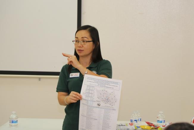 哈瑞縣選務召集人Du-Ha Kim Nguyen向民眾說明各種投票方式,呼籲民眾踴躍出來投票。(記者封昌明/攝影)