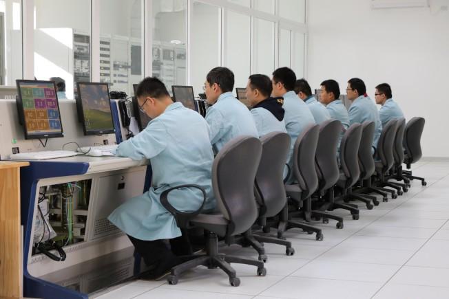 中國軍方在阿根廷南部巴塔哥尼亞高原興建的太空站,操作人員整排都是中國人。(取自阿根廷太空活動委員會)
