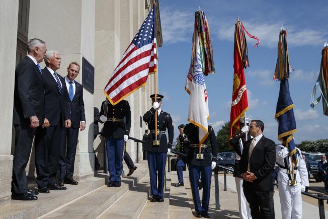 副總統潘斯(左中)9日代表川普總統親赴五角大廈,主持太空軍成軍儀式,國防部長馬提斯(左一),以軍禮歡迎。(美聯社)