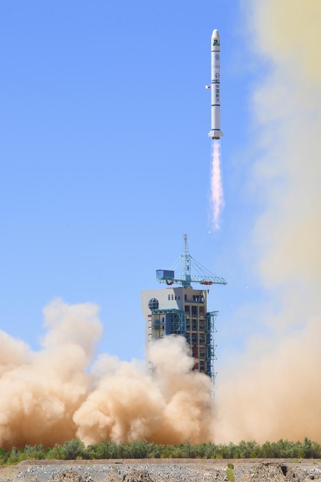 中國航天科技集團旗下的長城公司7月9日成功發射「長征二號丙運載火箭」及上面級以「一箭雙星」方式,將巴基斯坦遙感衛星一號和科學實驗衛星,送入預定軌道。(中新社)