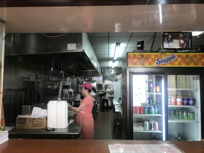 潘雲霞頂著孕肚、冒著酷熱在餐館工作。(記者牟蘭/攝影)