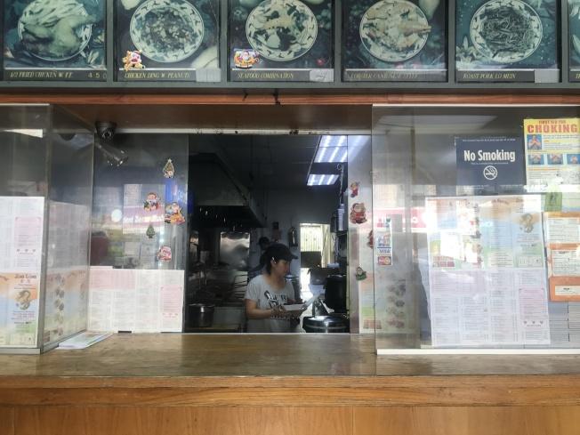 為避免外族裔搶劫,一些中餐館甚至裝上防彈玻璃。(記者牟蘭/攝影)