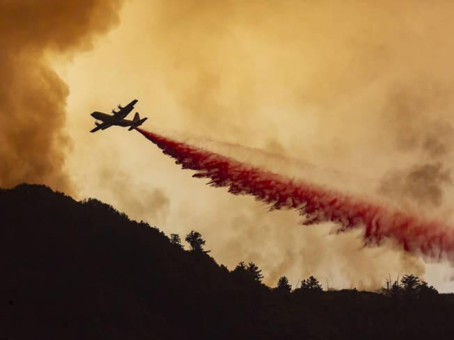 內陸Holy Fire野火自6日午後延燒至今近萬畝,逼近河濱縣Lake Elsinore市區。(取自臉書)