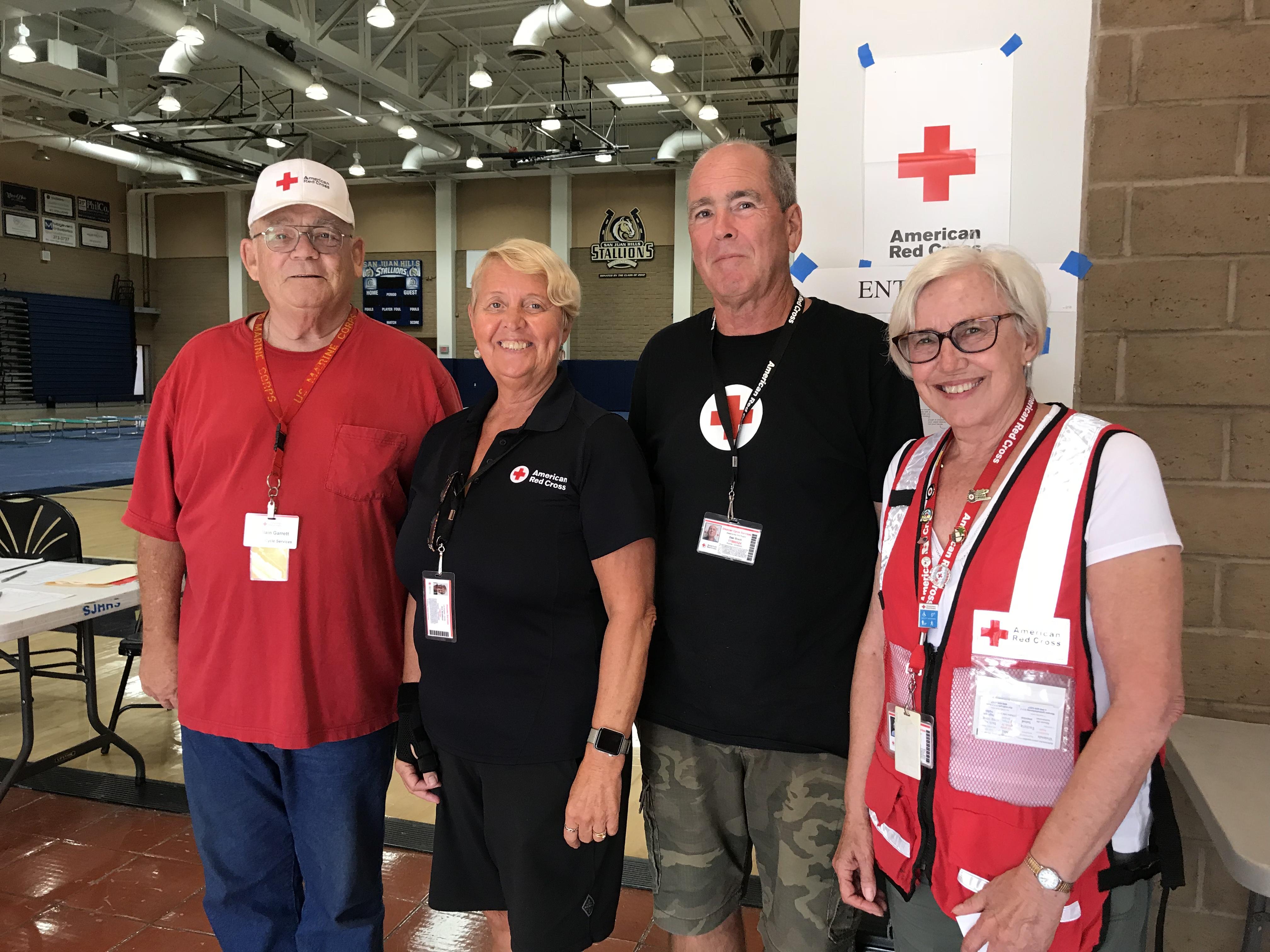紅十字會在橙縣San Juan Hills高中避難中心工作人員。(記者啟鉻/攝影)