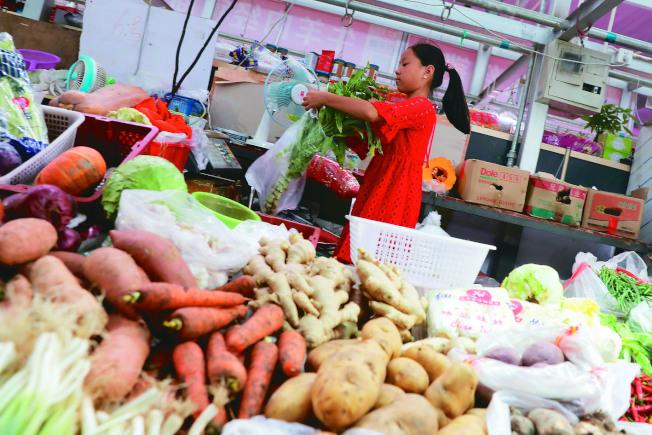 中國7月消費者物價指數(CPI)意外上升至2.1%,創四個月來高點,其中鮮蔬價格上漲3.8%。(歐新社)