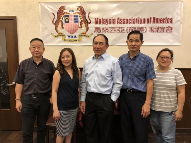 馬來西亞旅美聯誼會介紹移民法律講座詳情,左二為朱慧玲,左四為陳亞漢。(記者朱蕾/攝影)