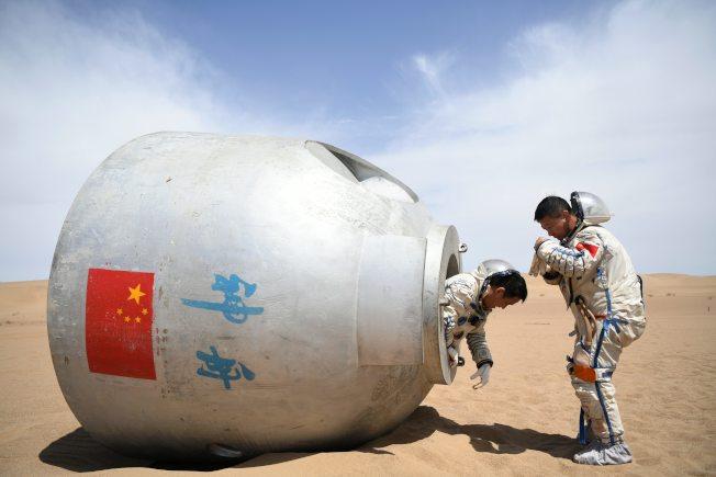 中國積極發展航太國防。今年5月聶海勝(左)等15名人中國航天員在巴丹吉林沙漠圓滿完成了野外生存訓練。這是中國首次在著陸場區沙漠地域組織的航天員野外生存訓練。(新華社)