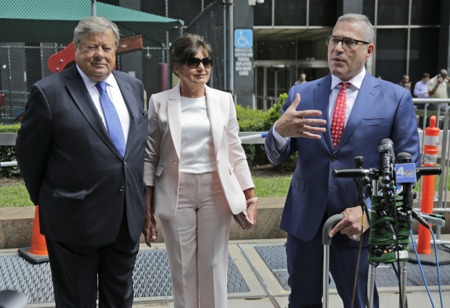 圖為內夫斯夫婦(左起)入籍後,聆聽代表律師對媒體發表談話。(美聯社)