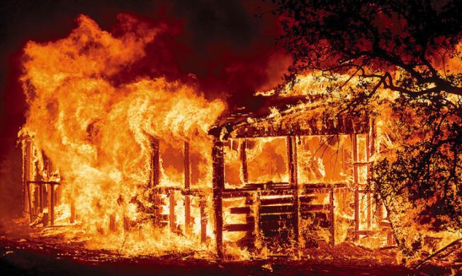 卡爾大火迄今無法控制,消防人員布瑞克9日在趕往火場途中車禍殉職 。(美聯社)