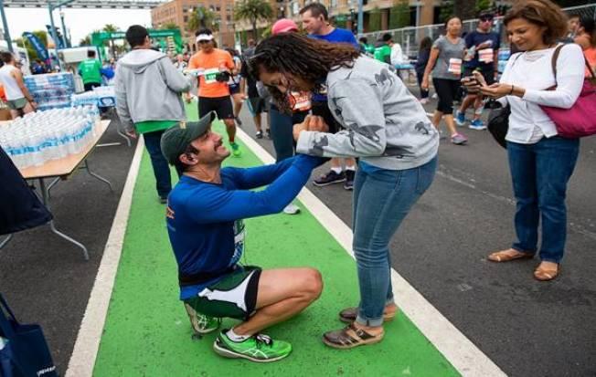 馬拉松跑手跑完之後求婚現場。(圖:主辦方提供)