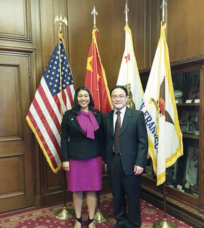 舊金山市長布里德(左)在市長辦公室會見新任中國駐舊金山總領事王東華(右)。(圖片由中國駐舊金山總領事館提供)