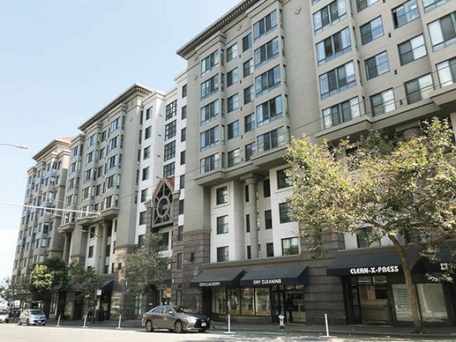 警方趕到顏姓姊妹在六樓的公寓單位時,兩人已經死亡。(記者李秀蘭/攝影)