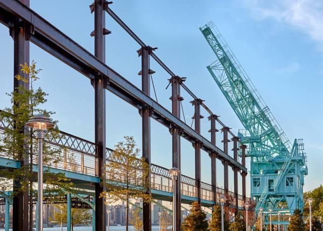 多米諾公園強調對歷史的保護,21支原糖倉庫的柱子、約585英尺的起重機導軌,均納入公園景觀。(取自多米諾公園臉書)