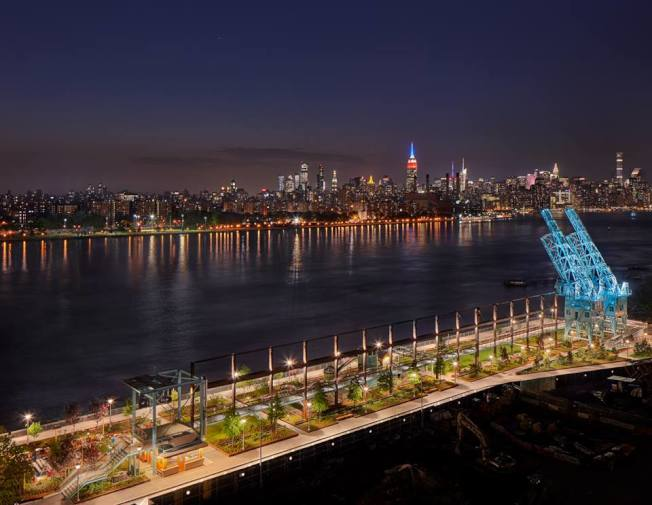 遊客可在多米諾公園遠眺曼哈頓天際線。(取自多米諾公園臉書)