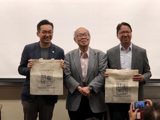 香港立法會議員莫乃光(右)、楊岳橋(左)訪灣區,和民眾分享香港面臨的民主挑戰。圖中為引言人陳明銶。(記者陳世莉╱攝影)