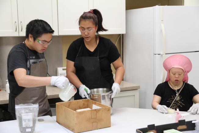 華人特殊兒童之友會帶著學員做肥皂,並定期至農夫市場販賣籌款。(記者李榮/攝影)