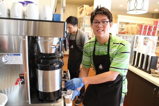 華人特殊兒童之友會今年開了咖啡店,讓學員們有機會實習、就業。(記者李榮/攝影)