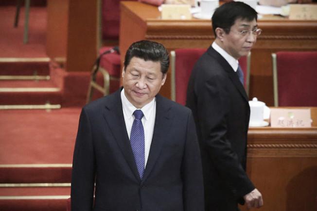 美中經貿戰火未歇,已傳出中國國家主席習近平(左)倚以為重的中央政治局常委王滬寧,處理國家文宣政策不當,遭到問責。(路透)