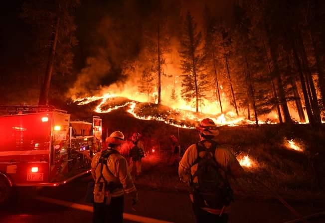 從北燒到南的加州森林野火,已是加州史上最大山火,不僅造成千萬財產損失,連月以的山火濃煙,已違成加州嚴重空氣污染。(美聯社)