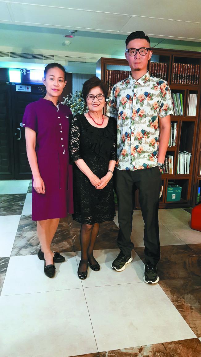 傅達仁兒子傅俊豪(右起)、遺孀鄭貽和紅粉知己陳小姐,感謝大家支持安樂死進行公投。(記者林怡秀/攝影)